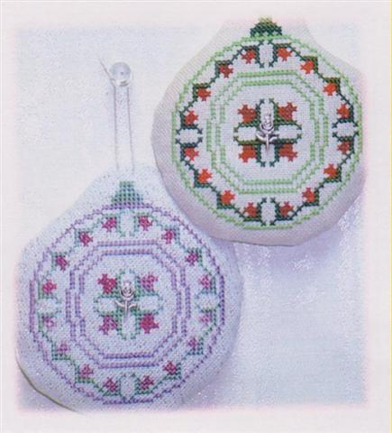 click here to view larger image of Old Fashion Quilt Ornament - Rosebud Quilt (chart with charms/buttons)