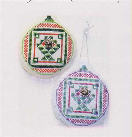 click here to view larger image of Old Fashion Quilt Ornament - Rose Christmas Basket Quilt (chart with charms/buttons)